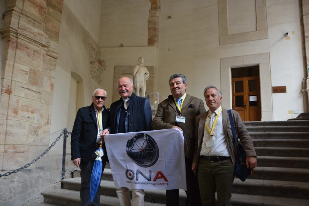 Parte della Delegazione ONA. Sullo sfondo del Parlamento più antico di Italia, l'On.le Pippo Gianni e il Sig. Calogero Vicario, guerriero instancabile in questa lunga lotta.